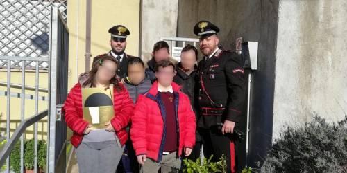 Vibo Valentia, ragazzi down insultati al ristorante: i carabinieri li invitano e regalano loro il calendario