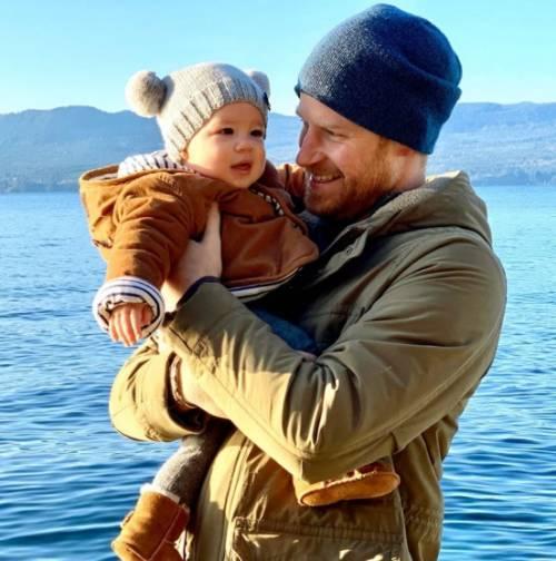 Harry e Meghan denunciano i paparazzi per le foto rubate del figlio