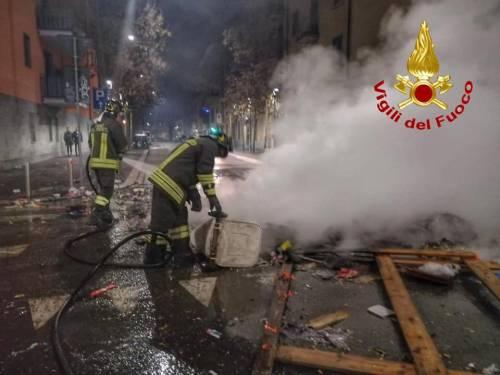 """""""Accerchiati, tiravano bottiglie"""": i balordi contro i vigili del fuoco"""