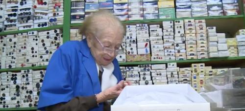 """La commerciante di 100 anni: """"Lavoro finché non dovrò avere il pos"""""""