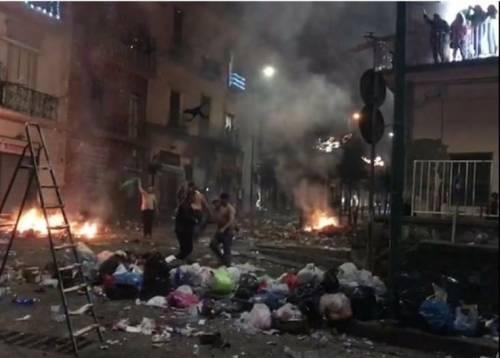 Incendiano la piazza con i petardi: scene di guerra a Torre del Greco
