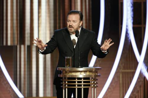 "Ricky Gervais umilia Hollywood ai Golden Globe: ""Voi direste sì anche all'Isis"""