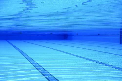 Nelle piscine turni d'ingresso e bagni serali. Spogliatoi solo all'aperto con i paraventi