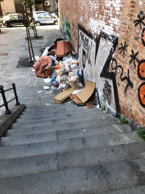 Piazza Scacchi ridotta a discarica, nonostante il restauro dell'Unesco