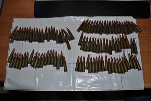 Busta sospetta nel catanese: pistola, munizioni e chili di droga
