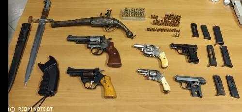 Un arsenale di armi clandestine in casa: in manette un 75enne di Corviale