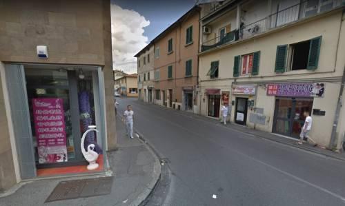 Prato, cinese pregiudicato aggredisce uomo con mannaia: arrestato