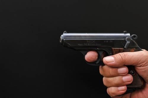 """Studente minaccia professori all'esame con la pistola: """"Promuovetemi"""""""