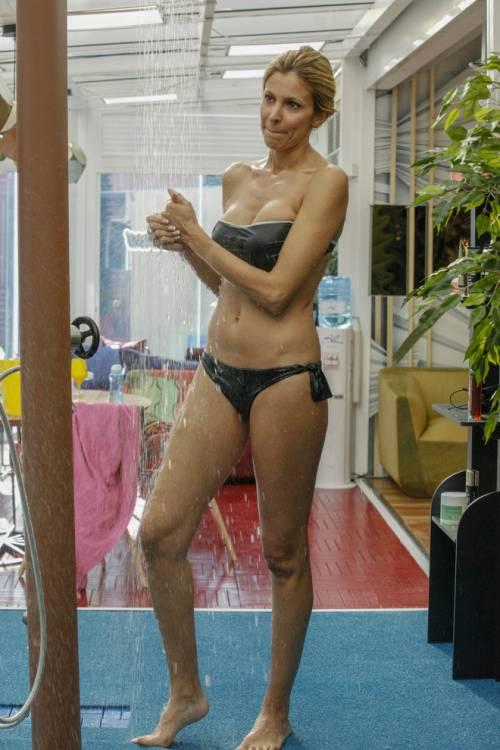 Gf Vip, la doccia sexy di Adriana Volpe fa impazzire i fan