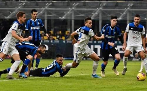 """Rigore netto"", ""Zapata spinge Lautaro"". Guerra social tra i tifosi di Inter e Atalanta"