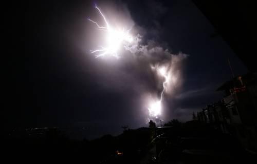 Filippine, la colonna di fumo del vulcano 7