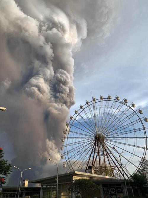 Filippine, la colonna di fumo del vulcano 3