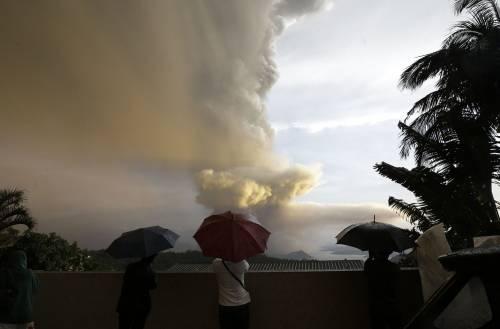 Filippine, la colonna di fumo del vulcano 6