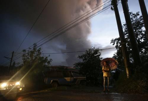 Filippine, la colonna di fumo del vulcano 8
