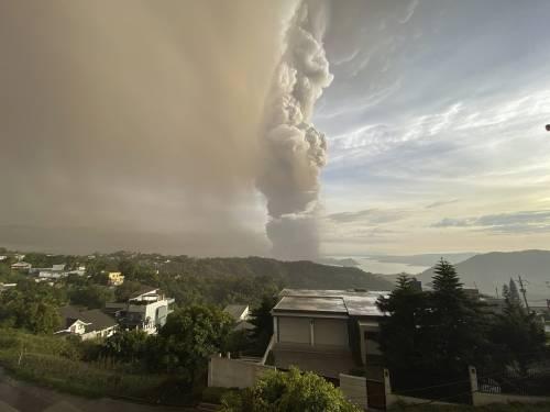Filippine, la colonna di fumo del vulcano 11