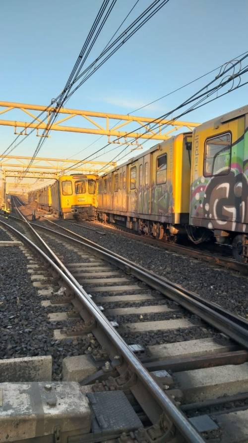 Napoli, scontro tra due treni nella metropolitana 4