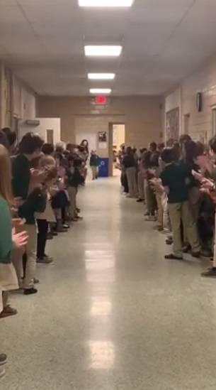 Bimbo sconfigge leucemia e torna a scuola: accolto da una standing ovation