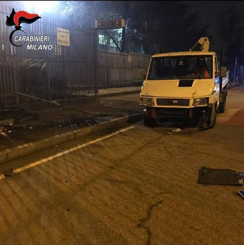 Arrestano 27enne rom: la madre sfonda caserma col furgone