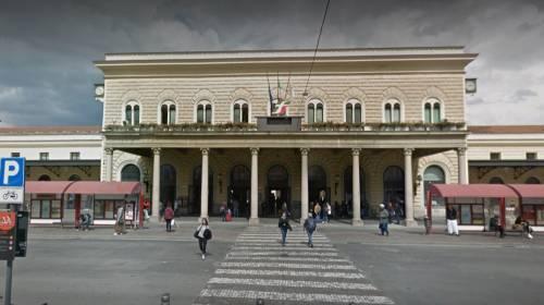 Bologna, pugni e calci sul treno: marocchino aggredisce e rapina uomo