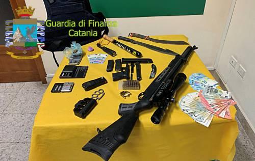 Nascondeva nel suo lido droga, armi e denaro: catanese finisce in manette