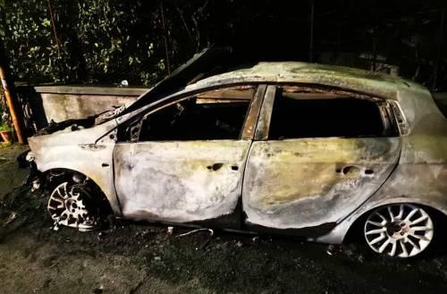 Auto bruciata al sindaco: la prefettura ordina la vigilanza