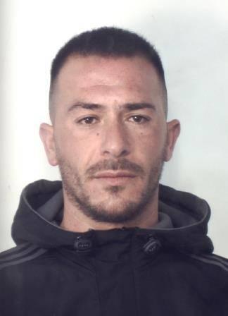 Il complice scappa in auto e lui rimane a terra: arrestato pusher