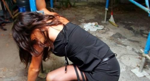Abbandonata in spiaggia dopo la violenza sessuale. Le foto incastrano il branco