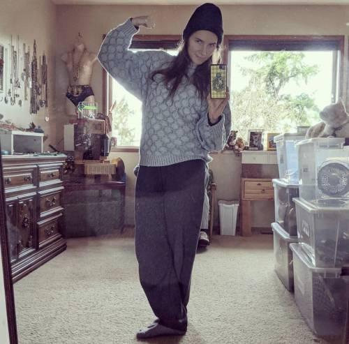 Amanda Knox posa con gli abiti usati in carcere, è polemica