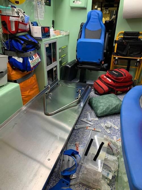 Salerno, straniero aggredisce medici e distrugge ambulanza del 118