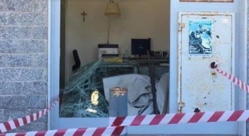 Distruggono filiale della banca per rubare soldi da un bancomat: l'allarme mette in fuga i ladri
