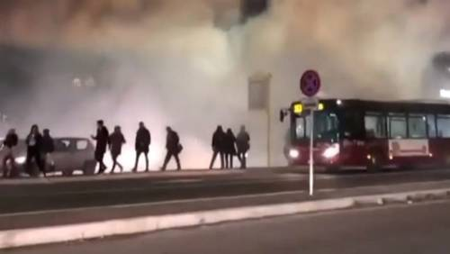 Estintori di emergenza sull'autobus: fumo invade via Tiburtina