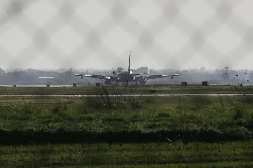 La fuga dal coronavirus: atterrato l'aereo con gli italiani