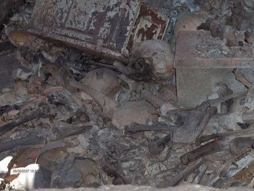 Crollano le nicchie nel cimitero di Poggioreale: le ossa fuori dalle tombe