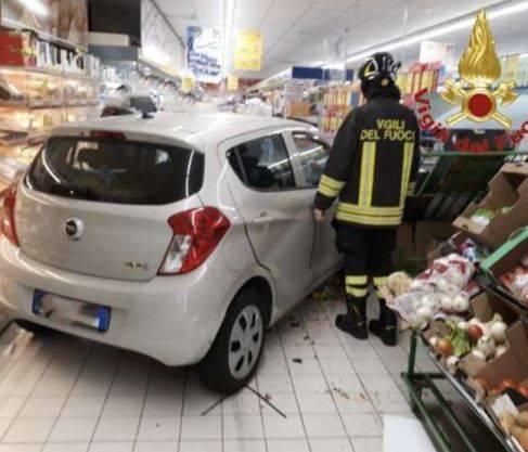Auto piomba in un supermercato dopo aver sfondato la vetrina 2