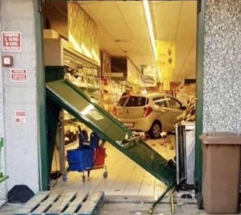 Auto piomba in un supermercato dopo aver sfondato la vetrina 3