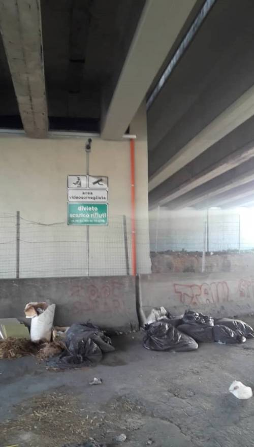 Discarica di rifiuti infiammabili in via Argine: manomesse le telecamere di videosorveglianza