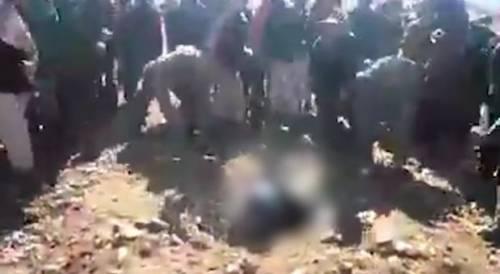 Afghanistan, lapidata fino alla morte: le immagini della donna uccisa fanno il giro del web