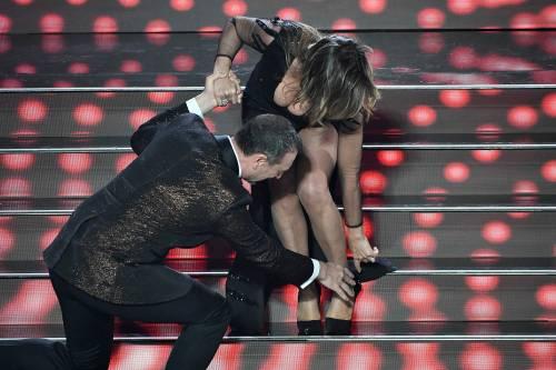 Sanremo, incidente per Sabrina Salerno che si incastra scendendo la scalinata