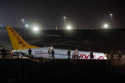 Inferno all'atterraggio: aereo spezzato e in fiamme. Feriti in 120, piloti gravi