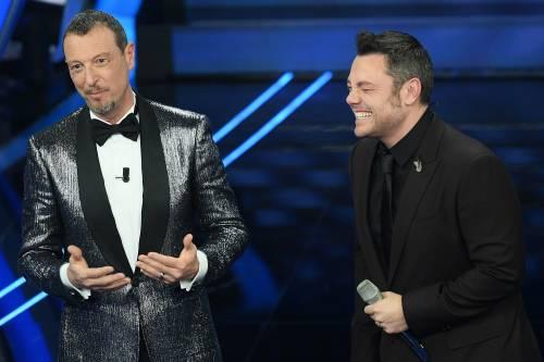 """Sanremo, Tiziano Ferro tira tardi anche stasera: """"Mi hanno messo dopo mezzanotte"""""""