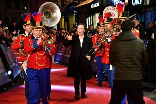 Roberto Benigni si prende la scena a Sanremo 2