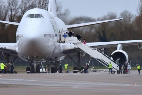 """Coronavirus, atterrato in GB aereo con 8 italiani. Speranza: """"Voli fermi"""""""