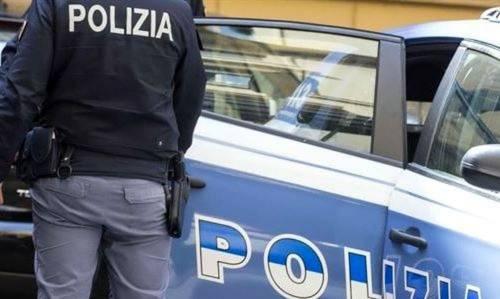 Fermano un giovane e vengono aggrediti: poliziotti ancora nel mirino dei violenti