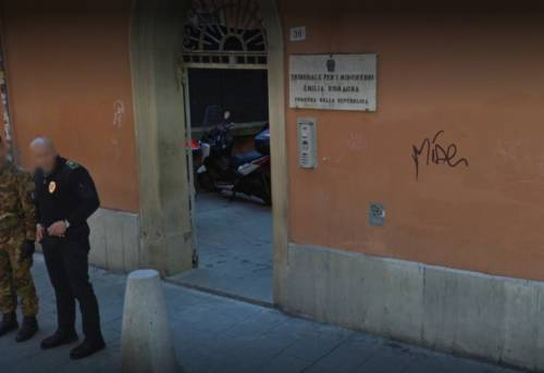 Bologna, 14enne stuprata dal ragazzo conosciuto in chat: si indaga