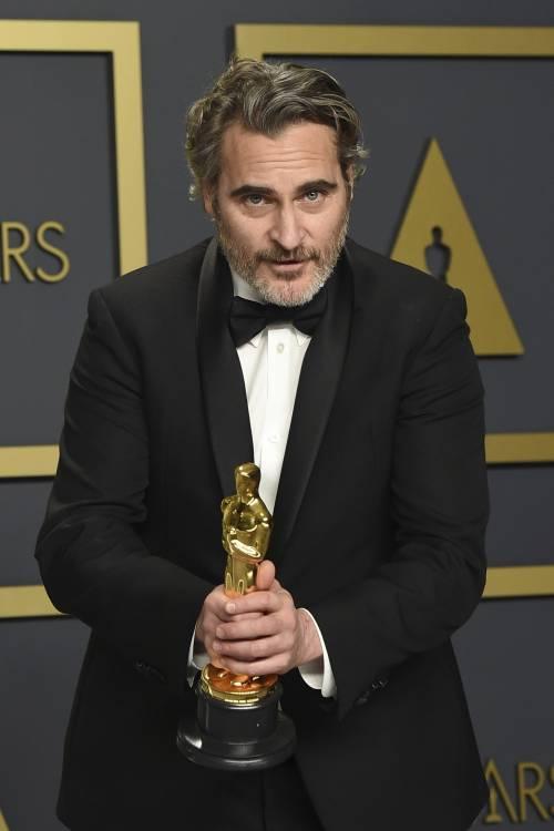 """Joaquin Phoenix dedica l'Oscar al fratello: """"Corri verso il rifugio con amore e la pace seguirà"""""""