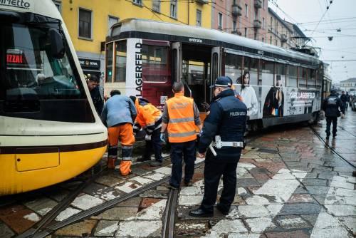 Milano, tram deraglia in via Coni Zugna 5