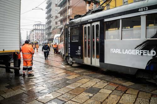 Milano, tram deraglia in via Coni Zugna 7