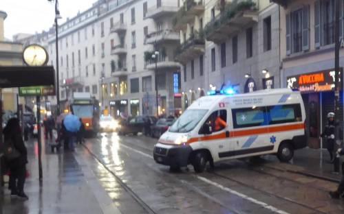 Auto si scontra con tram in centro a Milano 2