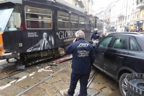 Auto si scontra con tram in centro a Milano 4