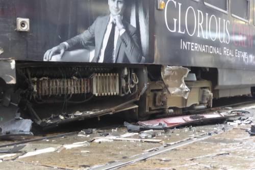 Auto si scontra con tram in centro a Milano 5